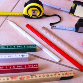 Spirit levels, measuring tapes and other building accessories