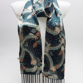 Scarves with flower print and long fringes